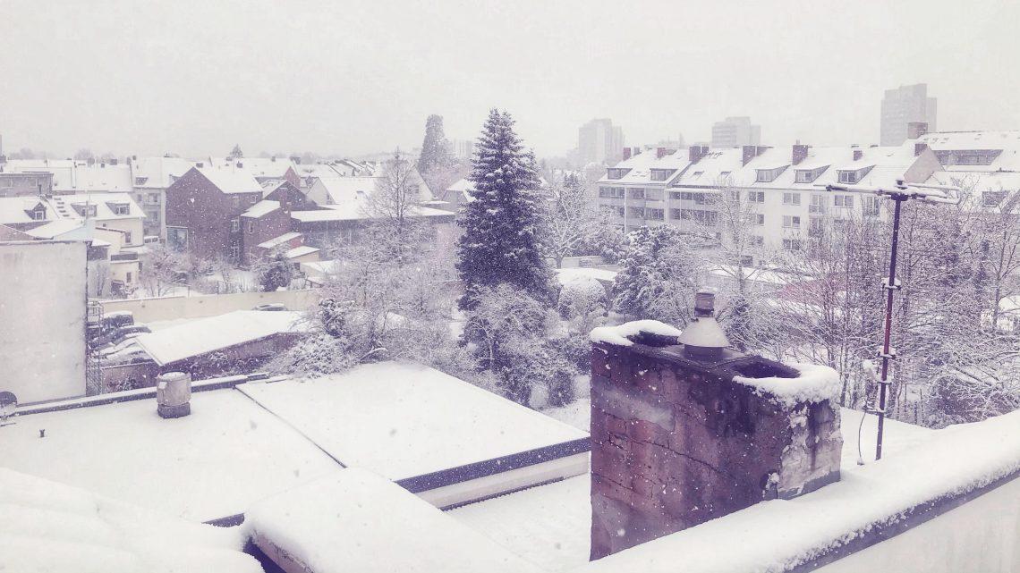 Großer, vollständig mit Schnee bedeckter Innenhof